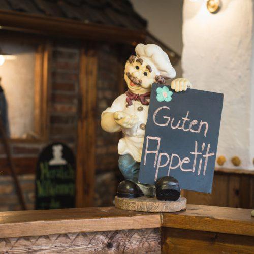 Eine kleine Koch-Figur heißt die Gäste des Altwernigeröder Kartoffelhauses willkommen.