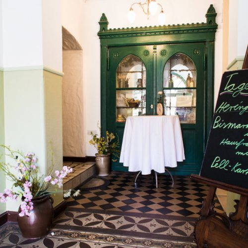 Zu sehen ist der Eingangsbereich des Altwernigeröder Kartoffelhauses. In dem gutbürgerlichen Restaurant in Wernigerode werden vor allem lokale Harzer Speisen serviert.