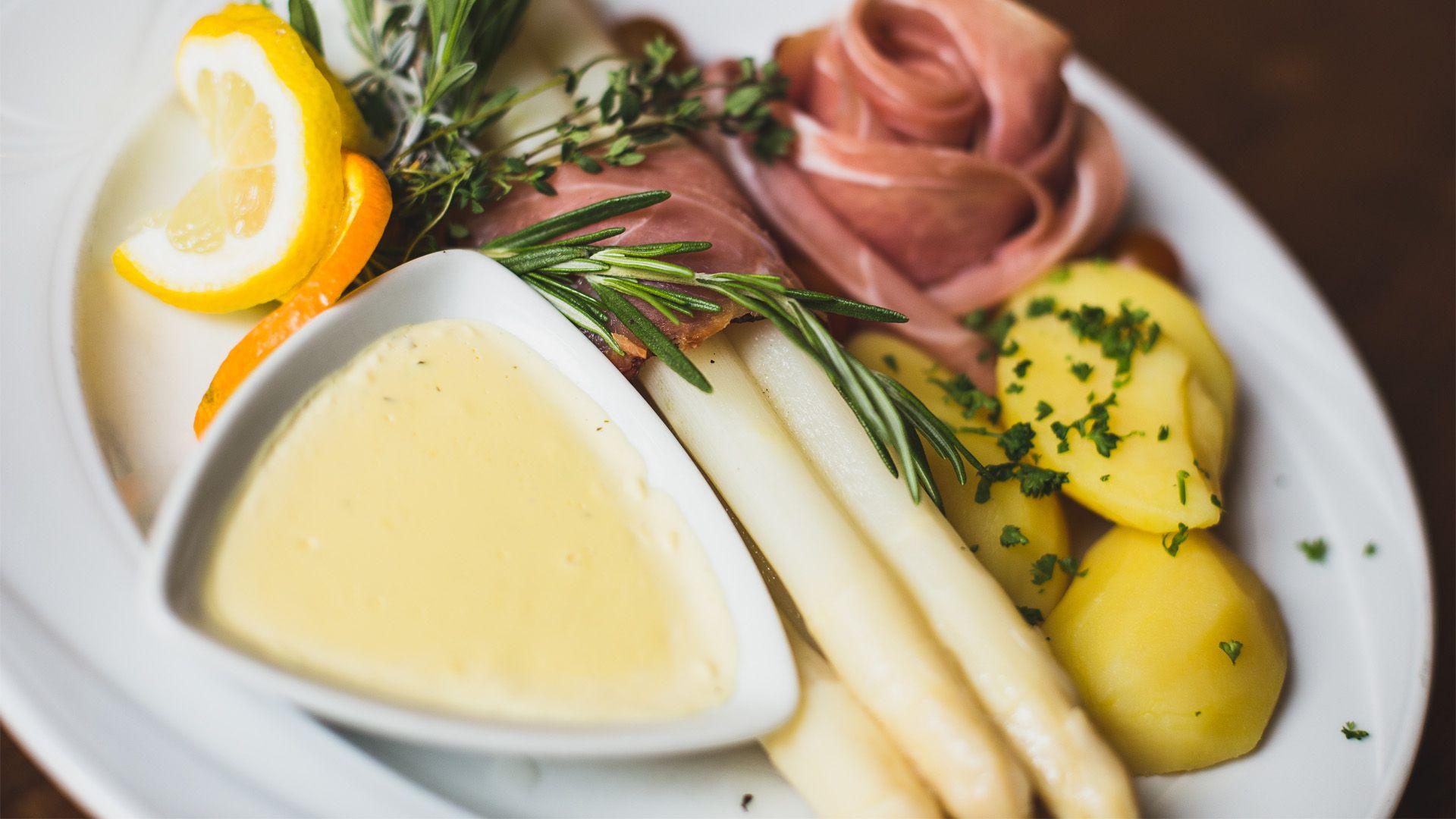 Zu sehen ist ein Spargelteller mit Schinken, der im Altwernigeröder Kartoffelhaus, dem gutbürgerlichen Restaurant in Wernigerode, serviert wurde.