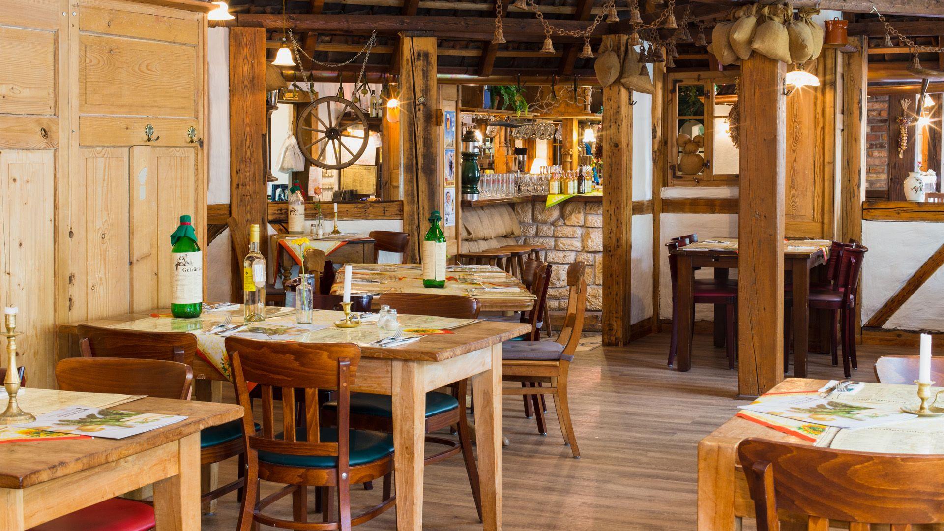 Auf dem Bild ist der Innenraum des Altwernigeröder Kartoffelhauses, dem gutbürgerlichen Restaurant in Wernigerode, zu sehen. Die Einrichtung ist im rustikalen Holzstil gehalten.